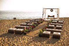 Decoração para cerimônia colorida para casamento na praia com tenda de voil branca. Fotos: Rafael Bigarelli