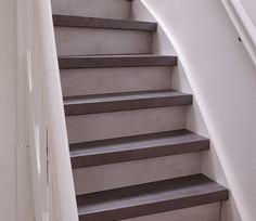 CanDo traprenovatie laminaat Beton antraciet en stootborden in de kleur Beton lichtgrijs. Wood Stairs, Bookcase, Shelves, House, Inspiration, Home Decor, Ideas, Wooden Ladders, Biblical Inspiration