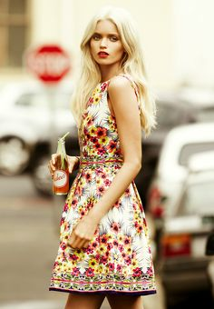 #Flowershop : Drivers stop to admire her floral print dress as she crosses the street to start the day