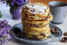 Amerikanske pannekaker med melkesjokolade | Det søte liv Scones, Granola, Pancakes, Food And Drink, Baking, Breakfast, Desserts, Recipes, Food
