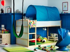 Créez une chambre de rêve pour votre enfant, en bleu et blanc, grâce au lit réversible KURA en blanc et en pin et à la tente pour lit KURA en bleu, avec plein de place pour jouer en dessous.