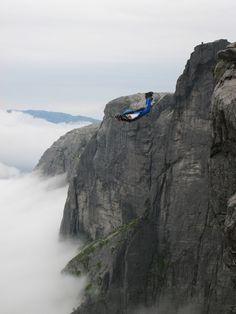 Las montañas de los abismos gigantes (Kjerag, Noruega)  En las montañas Kjerag, en Noruega, podemos encontrar algunos de los acantilados más pronunciados del mundo. Entre ellos una pared de más de 1000 metros de caída libre ideal para practicar Salto Base o Base Jumping. De hecho se ha transformado en los últimos años en el destino de viaje favorito para los amantes de ésta modalidad. La meseta Kjerag se encuentra en el lado sur de Lysefjorden, en Rogaland.