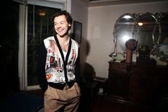 Timothée Chalamet, Harry Styles and Travis Scott: how men redefined red carpet style - What The Goss Harry Styles Mode, Harry Edward Styles, Columbia, Royal Films, Old Hollywood Style, Harry Styles Wallpaper, Best Dressed Man, Tuxedo Dress, Treat People With Kindness