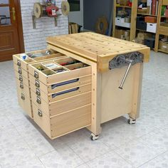 Modular Workbench Mobile Tool Stand Photo of one of the modules where you can see all its storage capacity! Woodworking Shop Layout, Best Woodworking Tools, Woodworking Furniture Plans, Woodworking Projects That Sell, Woodworking Workbench, Workbench Ideas, Woodworking Techniques, Woodworking Crafts, Woodworking Organization