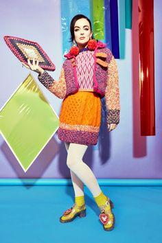 Dopo aver guardato la moda uncinetto sulle passerelle di quest'anno, Mi venne in mente il check-in su Katie Jones che crea sempre collezioni maglia e uncinetto. Ha una SS 17 collection called Pepperlan…