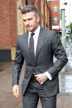 David Beckham Showed up to Court Looking Like a Full-On Runway Model - Man Fashion David Beckham Suit, David Beckham Style, David And Victoria Beckham, David Beckham Fashion, Terno James Bond, Graduation Suits, Beckham Hair, Blazer Outfits Men, Casual Outfits