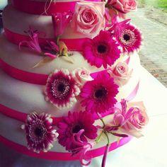 Bruidstaart, weddingcake. Echte bloemen. Real flowers. Roze. Pink.