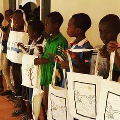 Hayır Torbası olarak siyahi çocuklarımızın Kurban Bayramı hediyelerini sizlerden gelen bağışlarla hazırlamıştık.  Hediyelerin ulaştırılmasında bazı aksaklıklar yaşadık ama torbaları çocuklara Kurban Bayramı sonrasında ulaştırılabildik.  Sudan'da bir yetimhanede kalan 167 çocukla bayramlık hediyeleri olan torbaları işte böyle buluştu.  Torbanın dikiminden taaa Afrika'ya ulaştırılmasına kadar emeği geçen herkese ve bağışçılarımıza teşekkür ederiz. Biz çocukları mutlu ettik onlar da bizi…