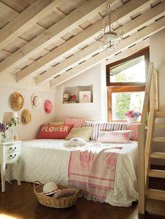 屋根裏の天然木が目の前に見える、ナチュラルなベッドルームは、パステルカラーの小物類で爽やかにコーディネート。