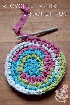 Sew T-Shirt Recycled T-Shirt Crochet Rug - Spring Cleaning Idea - How to turn old t-shirts into beautiful crochet rugs - crochet pattern. Crochet Home, Crochet Crafts, Yarn Crafts, Fabric Crafts, Sewing Crafts, Knit Crochet, Crochet Carpet, Diy Crochet Rag Rug, Knitted Rug