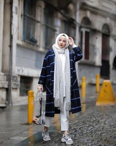 You're a very warm and bi-styled jacket that brought the new style of this legendary coat of arms Modanisa 100 tarz and over o SURAER … - Looks are Everything Modest Fashion Hijab, Modern Hijab Fashion, Casual Hijab Outfit, Hijab Chic, Muslim Fashion, Casual Outfits, Fashion Outfits, Hijab Stile, Hijab Fashionista