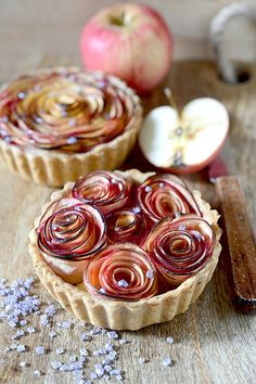 An irresistible apple tart beautifully presented. Recipe in French. French Desserts, Just Desserts, Delicious Desserts, Yummy Food, Tart Recipes, Sweet Recipes, Dessert Recipes, Cooking Recipes, Sweet Pie