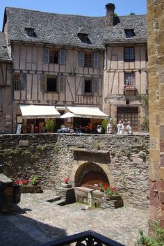 Conques, France Aquitaine, The Places Youll Go, Places To Go, Beautiful World, Beautiful Places, Wattle And Daub, Belle France, Beaux Villages, Medieval Life