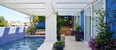 Área externa de cobertura na Barra ganhou paredes e na cor azul bic, que aparece também nas pastilhas do fundo da piscina Foto: Divulgação