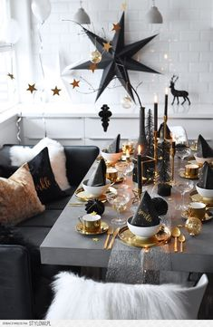 Pin by bohoandnordic - DIY - decorating - handicrafts - furnishing on dining room dining table Christmas decorations, Christmas table settings, Christmas table decorations - xmas - Christmas Table Settings, Christmas Table Decorations, Decoration Table, Holiday Decor, Decoration Crafts, Room Decorations, Holiday Dinner, Christmas And New Year, Christmas Home