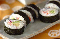 「アボカド手巻き寿司 」のレシピ  アボカドと紫玉ネギ、カニ風味カマボコを巻いた、カリフォルニアロール風巻き寿司