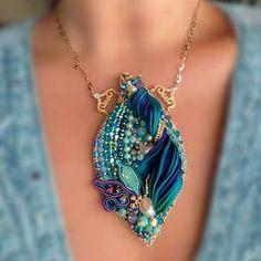 автор неизвестен, найдено на просторах интернета. очень красивый кулон Ribbon Jewelry, Soutache Jewelry, Fabric Jewelry, Wire Jewelry, Jewelry Art, Beaded Jewelry, Jewelery, Handmade Jewelry, Jewelry Design