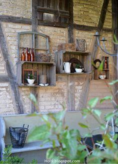 Gartendekoration aus alten Apfelkisten, Gartendekoration im Shabby-Style, alte Möbel im Garten, altes Porzellan im Garten, Gartendekoration mit altem Porzellan