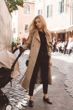 Comment porter un trench-coat à 40 ans All the advice and ideas of outfits with a trench coat and how to wear it in style! All the tips & outfit ideas are in this article! Neue Outfits, Style Outfits, Fashion Outfits, Work Outfits, Casual Outfits, Classic Outfits, Trench Coat Outfit, Coat Dress, Classic Trench Coat