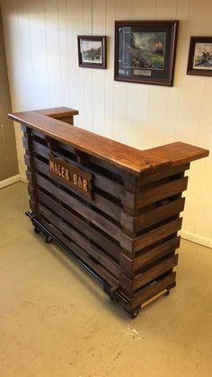 The Elite Pallet-Tiki bar / Personalized bar August sale Personalized panel (Electric eyes and LED lighting included) Absolutely beautiful Diy Pallet Furniture, Diy Pallet Projects, Pallet Ideas, Wood Projects, Furniture Ideas, Barbie Furniture, Garden Furniture, Furniture Design, Crate Furniture