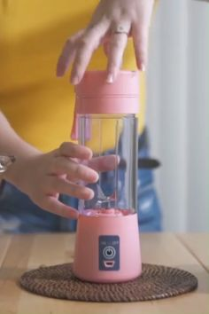 Your milkshake will surely bring all the boys to the yard if you have one of these nifty portable bottle blenders. Blend your smoothies, slushies & milkshakes on the go at the touch of one button. Cool Kitchen Gadgets, Home Gadgets, Cooking Gadgets, Cool Kitchens, Accessoires Ipad, Mixer, Portable Blender, Bedroom Closet Design, Kitchen Supplies