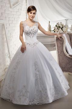 A menyasszonyi ruha különlegessége, az egyedi tervezésű hímzés, bordűrös csipke alj. A mintáját Swarovski kristályok emelik ki. Formal Dresses, Wedding Dresses, Ball Gowns, Google, Fashion, Dresses For Formal, Bride Dresses, Ballroom Gowns, Moda