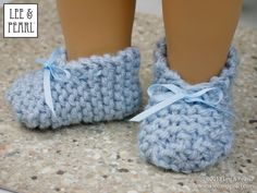 Make super-easy, super-cute knitted slippers for 18 inch dolls with this FREE craft pattern from Lee & Pearl. Knitting Dolls Clothes, Baby Doll Clothes, Crochet Doll Clothes, Sewing Dolls, Knitted Dolls, Knitted Slippers, Barbie Clothes, Doll Shoe Patterns, Dress Patterns