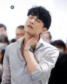 いいね!770件、コメント4件 ― For 𝐌𝐄𝐖 𝐒𝐔𝐏𝐏𝐀𝐒𝐈𝐓 🇵🇦(@mewpty)のInstagramアカウント: 「Neck pain has never been that fk sexy!!!! #mewgulf #mewsuppasit #mewlions」 Ideal Man, Perfect Man, Goblin Gong Yoo, Attractive Guys, Thai Drama, Neck Pain, Best Couple, Asian Men, Actors & Actresses