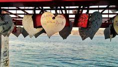 Un candado no puede asegurar que nadie vaya a robarte el amor. Ojalá fuera tan sencillo como ponerle llave, guardarla, y verlo allí todos los días, sujetando las dos partes.  No son tan caros los cortacadenas en la ferretería, y son fáciles de utilizar...  Pero nos hace sentir seguros hacerlo. Candado... y amor eterno.
