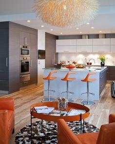 wohnideen küche eklektisch blaue kochinsel orange barhocker