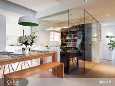 書房完全無框架的玻璃隔間,除了讓光線穿透,也省下一筆材料費用;書櫃則顛覆一般系統櫃作做法,以橫放堆疊的手法,加以跳色變化,製造視覺變化並省下木作支出。