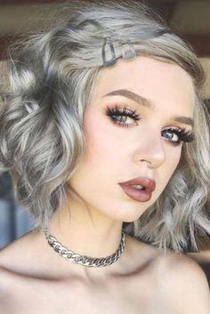 Edgy Hair Color Grey The most beautiful hair ideas, the most trend hairstyles on this page. Haircuts For Wavy Hair, Layered Bob Hairstyles, Cool Hairstyles, Bob Haircuts, Hairstyles Haircuts, Medium Hairstyles, Grey Blonde Hair, Wavey Hair, Short Hair With Layers