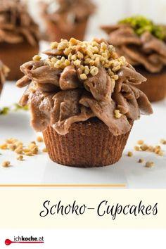 Was ist besser als Schokolade? Richtig doppelt Schokolade. 🍫😀🍫 Die kleinen Rührteig-Törtchen mit meist üppigem Hauberl kommen neudeutsch als Cupcakes daher. In der Basis vom berühmten Muffin kaum zu unterscheiden, strahlen die Cupcakes mit ihrer meist aufwändigen Dekoration pure Backschönheit aus. 😍😁 Mit einem Schokolade-Vanillepudding-Topping kommt sowieso selten eines alleine. Dessert, Muffins, Cereal, Stuffed Mushrooms, Vegetables, Form, Breakfast, Hot Chocolate, Cacao Powder
