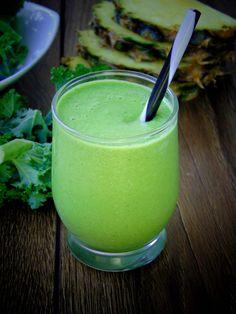 Składniki: -ponad pół szklanki wody kokosowej (u mnie od TRUCOCO ) -spora garść jarmużu -łyżka pestek dyni -kawałek świeżego anana...