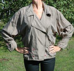 Khaki grön jacka i 100% silk. Fantastiskt material med fint broderi på ryggen. 200 KR. Använd 1 gång.