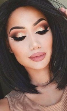 Shimmery lid with matte crease and outer corner