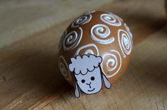 Vajíčkové velikonoční ovečky - Tyto jednoduché velikonoční ovečky jsme vytvořili namalováním bílých spirál na hnědé vajíčko, ty by měli představovat ovčí vlnu. Hlavička je z bílé čtvrtky a je přilepená tavnou pistolí.  ( DIY, Hobby, Crafts, Homemade, Handmade, Creative, Ideas, Handy hands) Happy Easter, Nativity, Jar, Spring, Crafts, Easter Activities, Gifts, Happy Easter Day, Manualidades