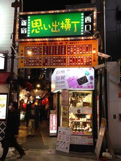 Omoide-Yokocho at Shinjuku Japan. Small tavern is gathered in this place.  Omoide Yokocho en Shinjuku, Japón. Pequeña taberna se reunieron en este lugar. Broadway Shows