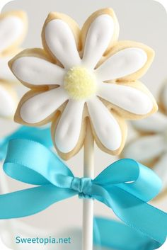 Tutorial to make Daisy Sugar Cookie Pops! Way yummier than cake pops ;)