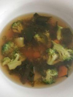 Sopa de miso. Brocoli, zanahoria, alga wakame, agua de mar y miso