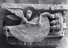El sueño de los Reyes Magos, en un capitel de Saint-Lazare de Autun, Francia. Siglo XII.   Delicadamente, y con un dedo, medio despierta a uno para, entre sueños, comunicarles el peligro que supone Herodes y sus artimañas. También les señala la estrella que les guía