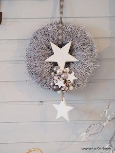 Türkranz Silber weiß. Türkranz Weihnachten. Ein natürlicher, geweißter Reisigkranz wurde mit zwei schlichten Holzsternen, weißen, grauen und silbernen Glaskugeln, Glitzerkugeln, Sternen und...