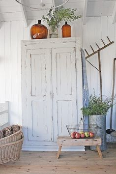 Shabby Chic Homes Shabby Chic Cabinet, Shabby Chic Furniture, Cottage Living, Cottage Style, Rustic Farmhouse, Farmhouse Style, Vibeke Design, Painted Cupboards, Old Farm Houses