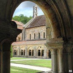 902 ans  d'histoire ✔   Je suis classée Patrimoine Mondial de l'UNESCO depuis 1981 ✔  Je suis la plus ancienne abbaye cistercienne conservée du monde ✔ et je compte sur vous pour venir me voir !   📷 @rozenn_krebel    #Regram via @www.instagram.com/p/B9SCr_HhS9h/ Unesco, Source Of Inspiration, Burgundy, France, Mansions, Architecture, House Styles, World, Instagram