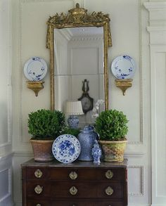Vignette: blue and white ginger plates and ginger jars, with boxwood toparies in terracotta basketweave pots Cathy Kincaid Interiors Traditional Decor, Traditional House, Traditional Bedroom, Teller An Der Wand, Classic Decor, Urban Deco, Boho Home, Blue And White China, Blue China