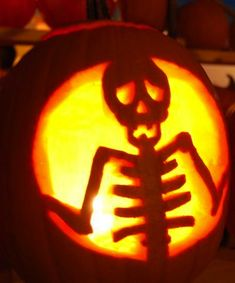 ☆ Skeleton Pumpkin Carving ☆I  love it looks so real!!!!!!!!!!!!!!!!!!!!!!!