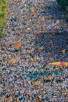スペイン・バルセロナで行われた、スペインからの分離独立を求めるデモ=11日(ゲッティ=共同) ▼12Sep2015共同通信|スペイン、独立派が大規模デモ カタルーニャ自治州議会選 http://www.47news.jp/CN/201509/CN2015091101002223.html