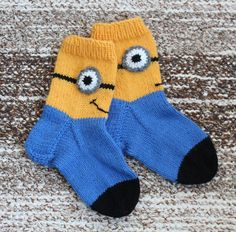 Bilderesultat for arne Crochet Socks, Knitting Socks, Knitting For Kids, Baby Knitting Patterns, Best Baby Socks, Minions, Minion Baby, Knit Baby Dress, Patterned Socks