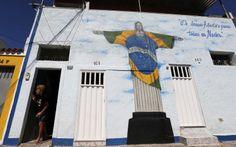 Cristo Redentor foi grafitado com as cores da bandeira brasileira no Rio de Janeiro