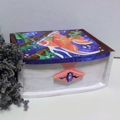 Painted wooden box full. It is varnished for protection. The model does not reproduce is unique. Dimensions: 13.5x10.5x7.5cm